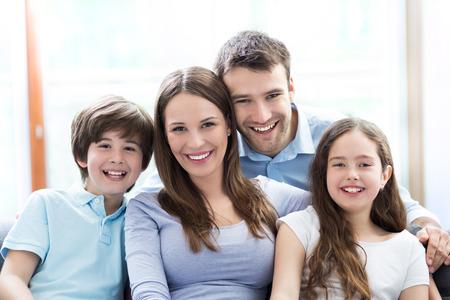 happy family: Familia feliz en el hogar