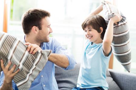 peleando: Padre e hijo que tienen lucha de almohadas Foto de archivo