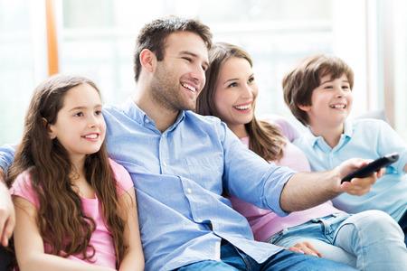 familias jovenes: familia viendo la televisi?n Foto de archivo