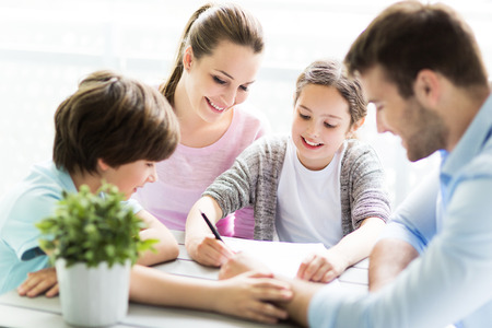 Family huiswerk samen aan tafel