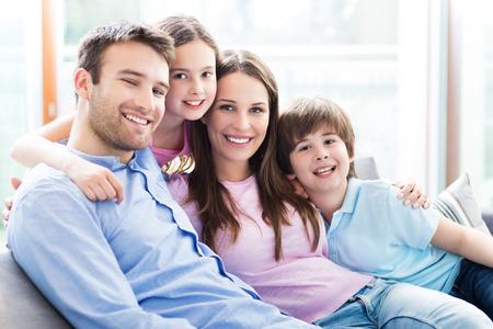 家族はソファに座って