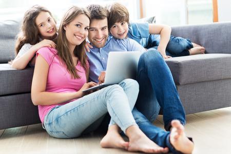 家でノート パソコンを使用しての家族 写真素材