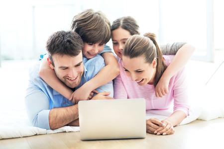 famille: Famille utilisant un ordinateur portable � la maison Banque d'images