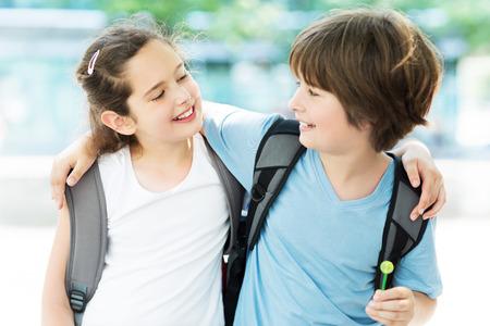Fille et garçon avec des sacs à dos Banque d'images - 41081036