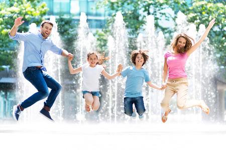 sonriente: saltar familia Foto de archivo