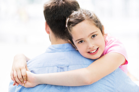 padre e hija: Padre e hija abrazos