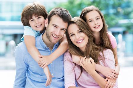 ni�o parado: Familia de cuatro abraz�ndose unos a otros