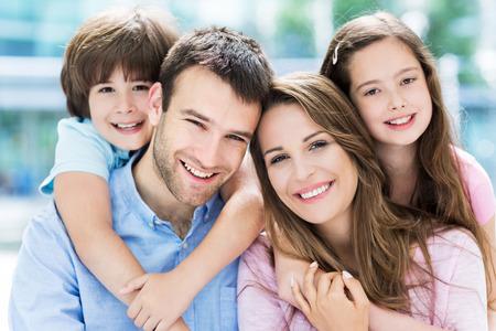 Famiglia di quattro che si abbracciano Archivio Fotografico - 41255791