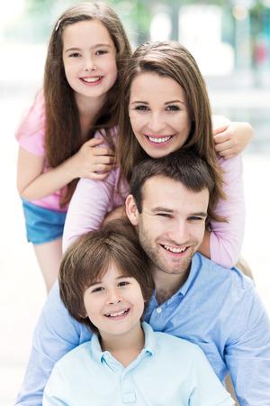 Vierköpfige Familie umarmen einander