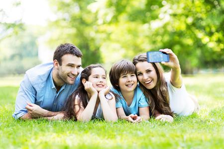 Familia que toma foto de sí mismos Foto de archivo