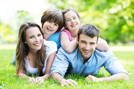 Familie van vier in het park
