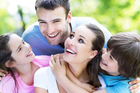 가족: 행복한 가족 야외에서