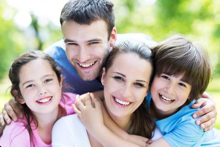 familia feliz casa: familia feliz al aire libre Foto de archivo