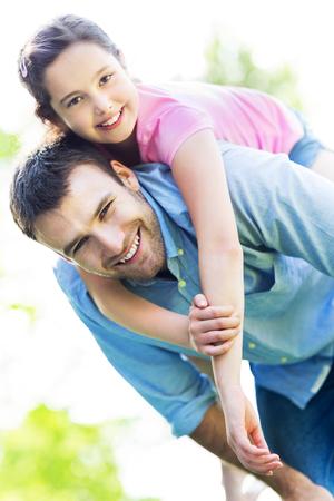 padre e hija: Padre que da a su hija a cuestas