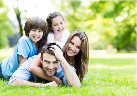 familias unidas: familia feliz al aire libre Foto de archivo