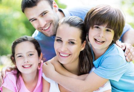 familias jovenes: familia feliz al aire libre Foto de archivo