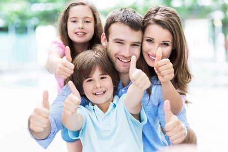 famille: Famille montrant thumbs up Banque d'images