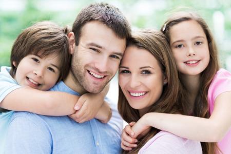 Eltern, die Kinder huckepack Lizenzfreie Bilder