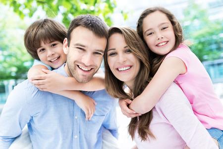 mujer hijos: Padres que dan a ni�os llevan a cuestas paseo