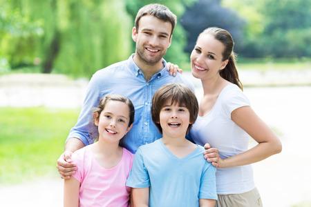 familia feliz: familia feliz al aire libre Foto de archivo