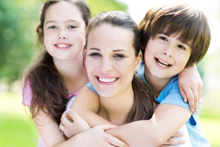 mama e hijo: Madre con dos hijos Foto de archivo