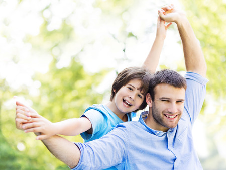 padres e hijos felices: padre e hijo Foto de archivo