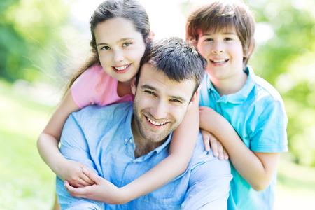 Vader met twee kinderen Stockfoto
