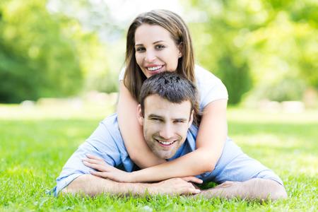 Jong paar buitenshuis Stockfoto