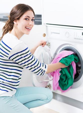 machine à laver: Femme lave-linge chargement Banque d'images