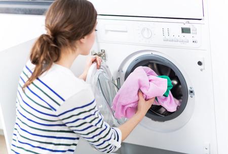 Femme lave-linge chargement Banque d'images