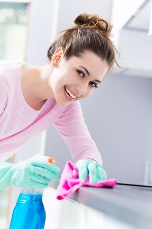 Mujer de limpieza cocina Foto de archivo