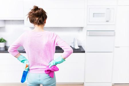 mujer limpiando: limpieza de la cocina Foto de archivo