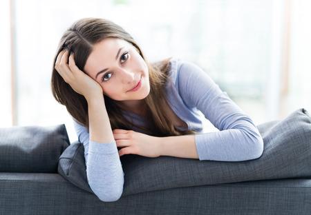 Femme assise sur le canapé Banque d'images - 41855981