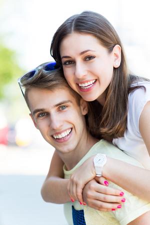 pareja de adolescentes: feliz pareja de jóvenes Foto de archivo