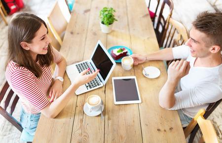 mujeres juntas: Los jóvenes que trabajan en el café