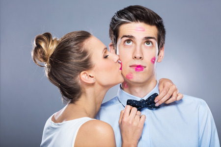 Young woman kissing man Banque d'images