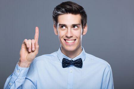 dedo: Hombre que señala el dedo Foto de archivo