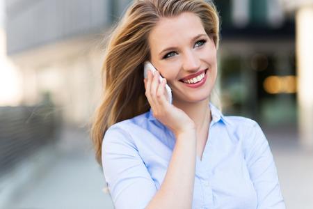 Vrouw met behulp van mobiele telefoon Stockfoto