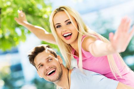 jovenes felices: feliz pareja de jóvenes  Foto de archivo
