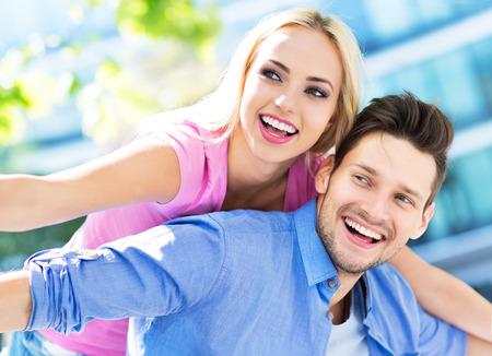 parejas felices: feliz pareja de jóvenes  Foto de archivo