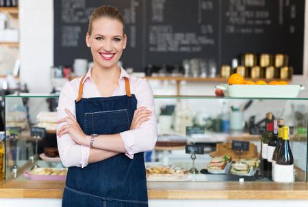 negocios comida: Mujer que trabaja en el caf�