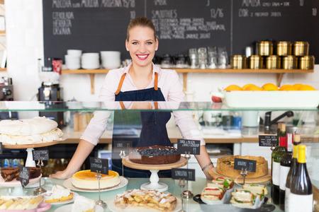 negocios comida: Mujer que trabaja en el café