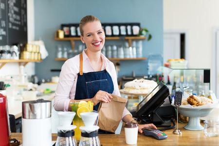 여자는 커피 숍에서 작업