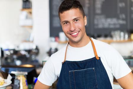 Man aan het werk in een coffeeshop