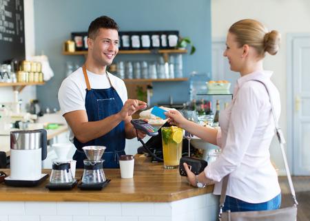 여자는 커피에 대한 지불 스톡 콘텐츠