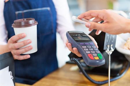 Betalen voor koffie Stockfoto
