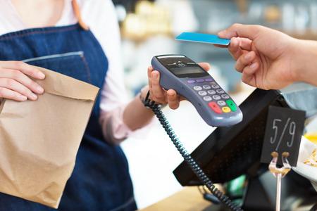 tarjeta de credito: Cliente pagar a través de tarjeta de crédito Foto de archivo