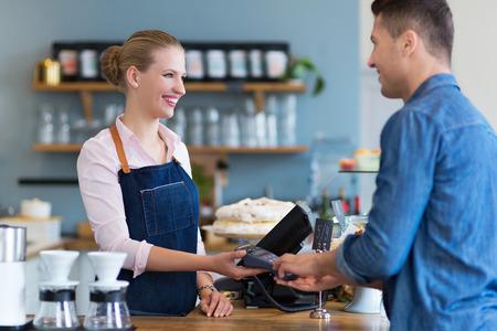 pagando: Barista cliente que sirve