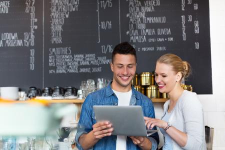商務: 小企業主在咖啡館 版權商用圖片