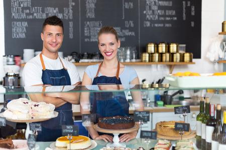 negócio: Homem e mulher que trabalham em um café